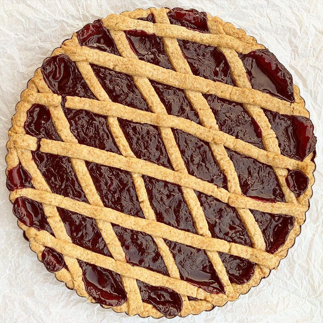Domača krhka višnjeva pita