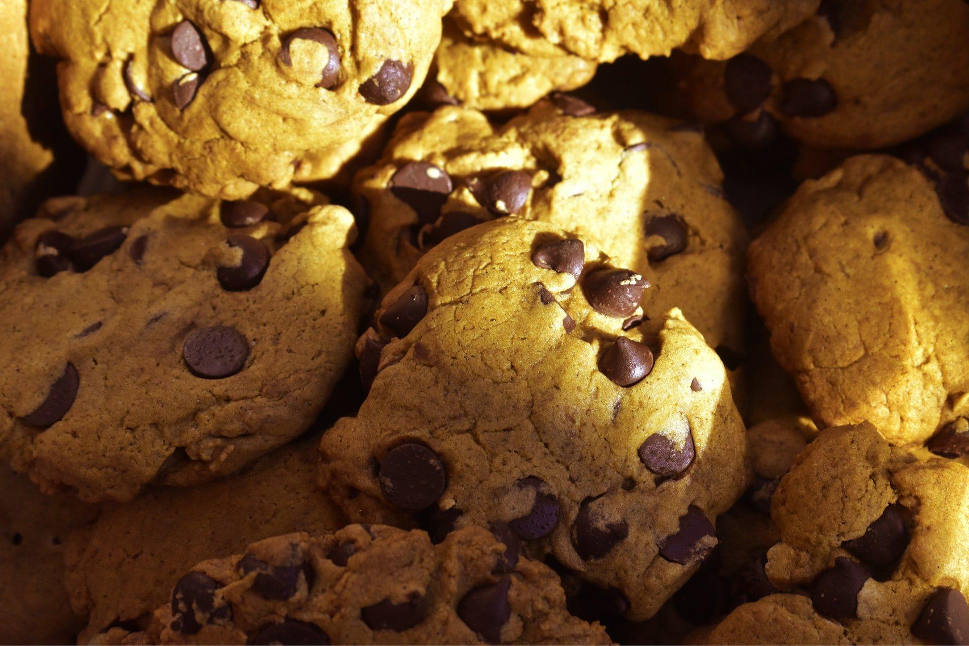 Čokoladni piškoti ampak v posodi za kosmiče in z mlekom